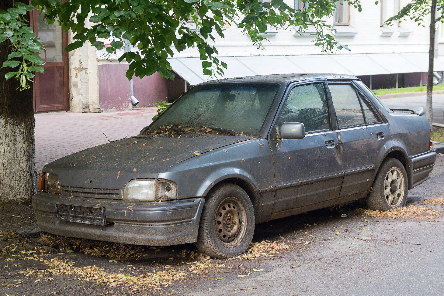 carro abandonado em baixo de arvore na rua ford escort