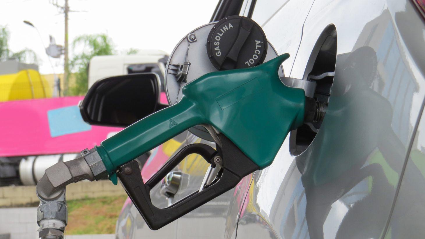 mangueira bocal abastecendo carro flex posto combustivel