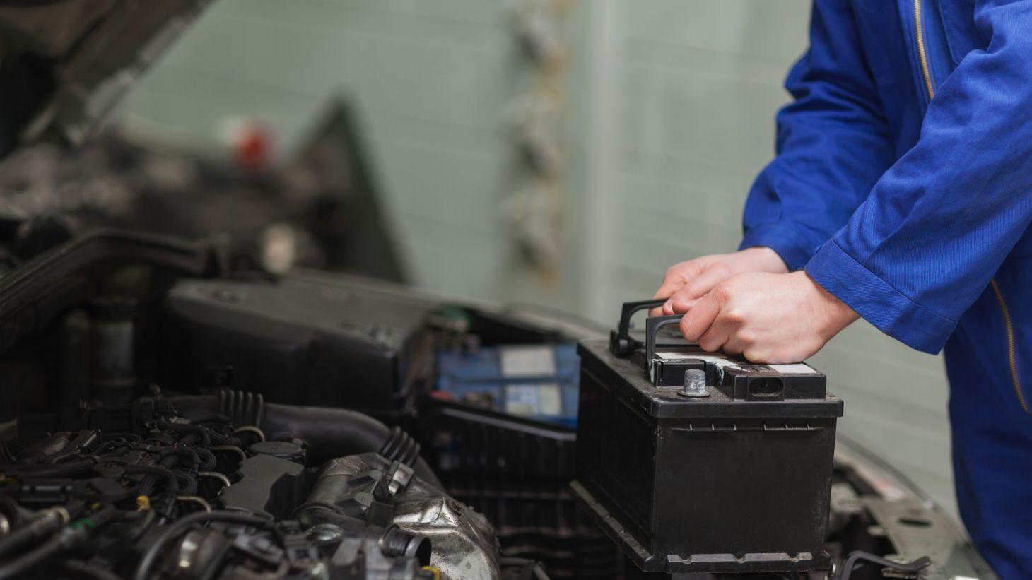 mecanico trocando bateria carro automovel