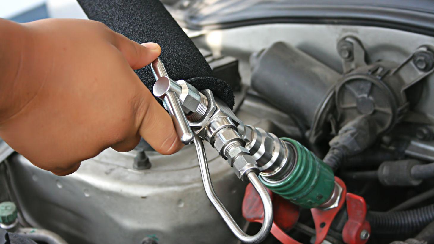 frentista posto conbustivel abastecendo carro mivido gnv gas natural veicular