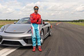 Menina de 16 anos bate recorde mundial com um Porsche