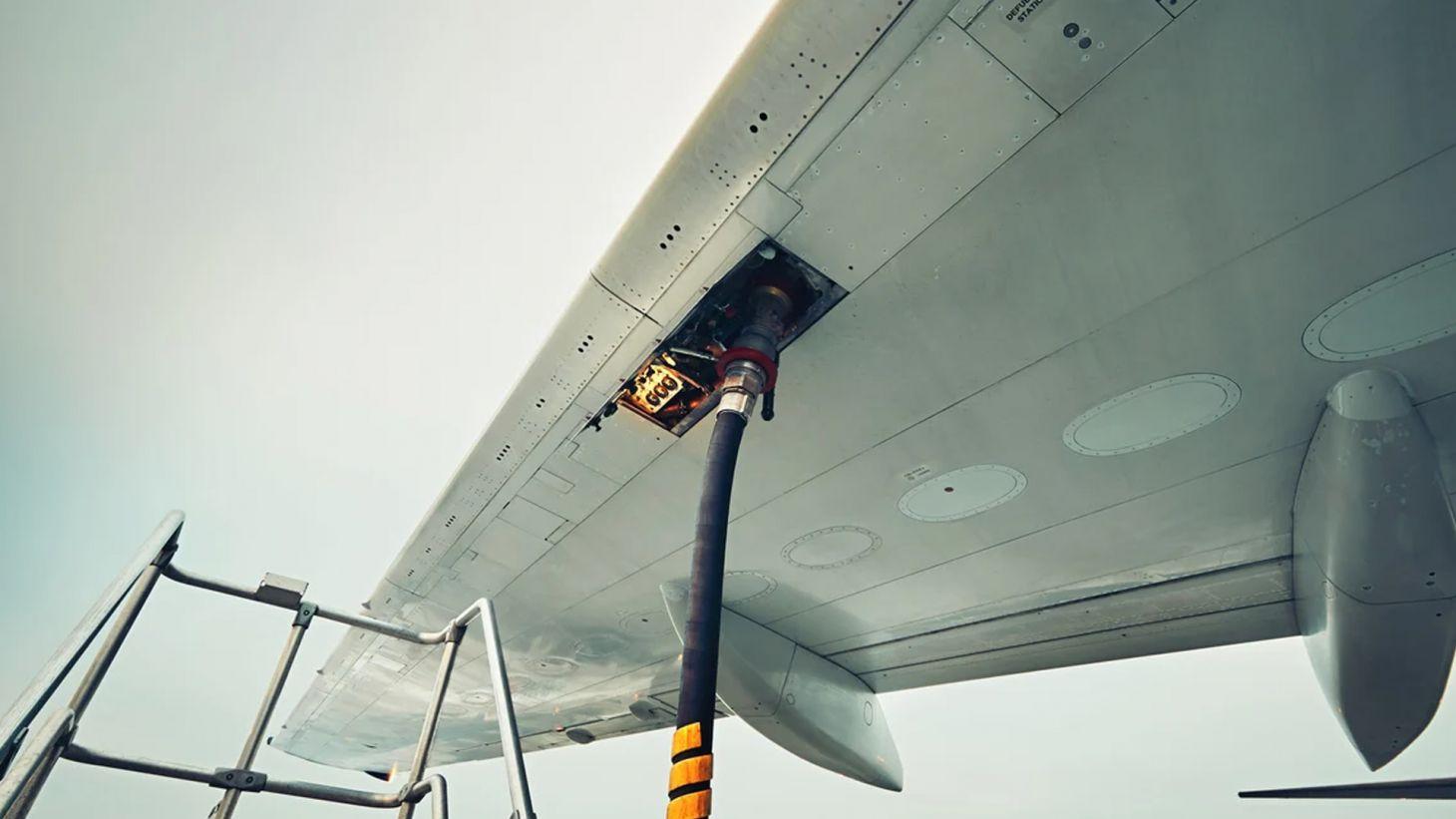 abastecendo aviao gasolina