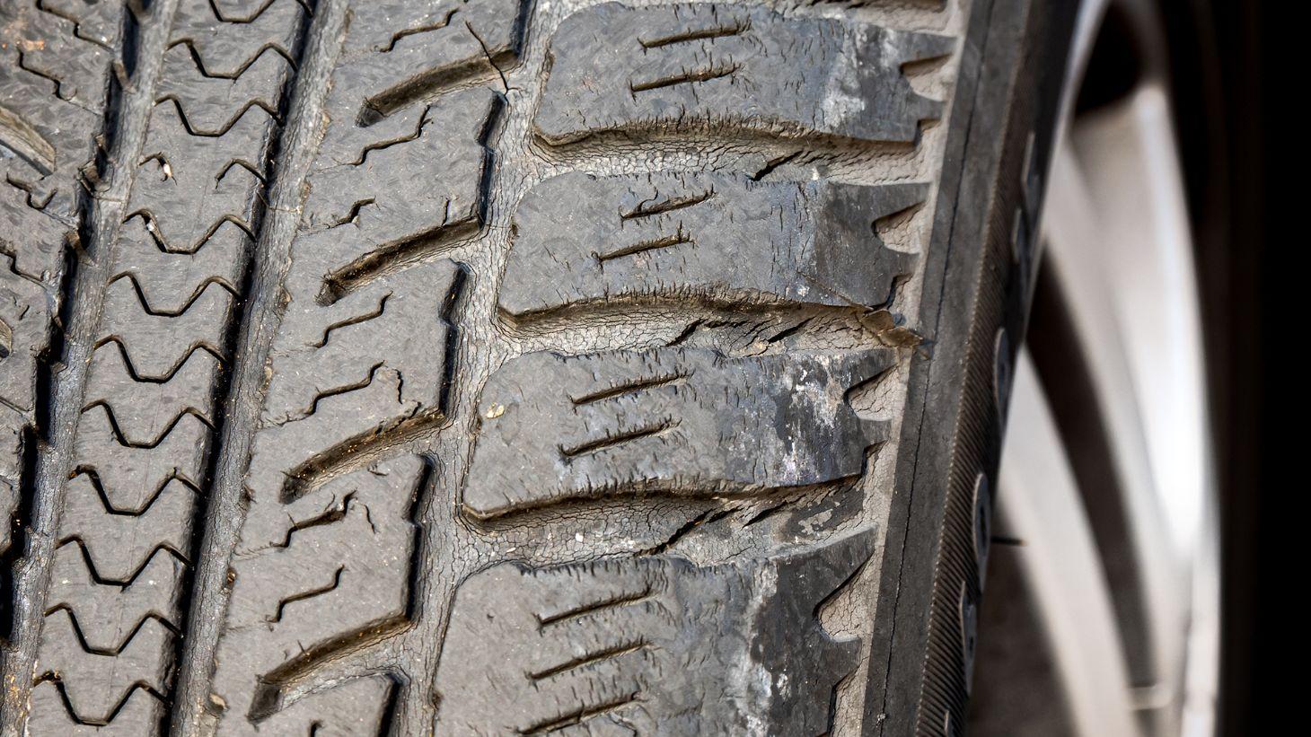 pneu detalhe trincas shutterstock 1516468949