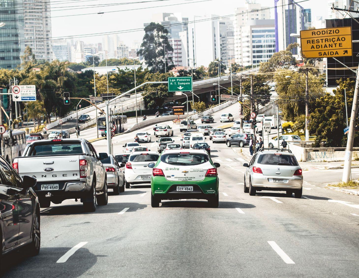carros enfileirados em transito na capital sao paulo