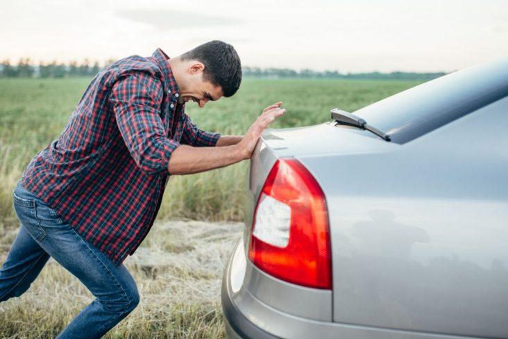 motorista empurrando carro dar tranco