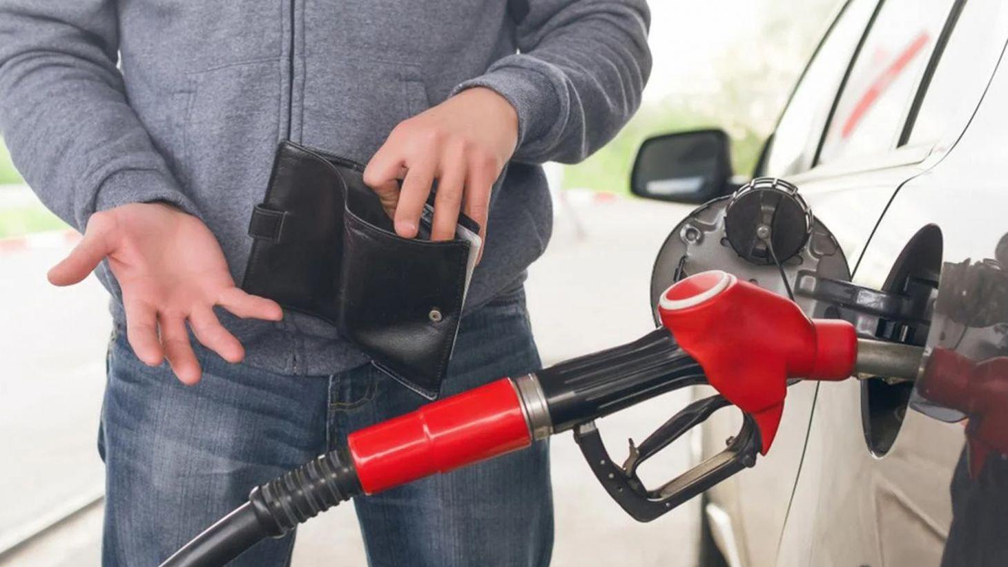 motorista do carro flex calculando consumo carteira na mao