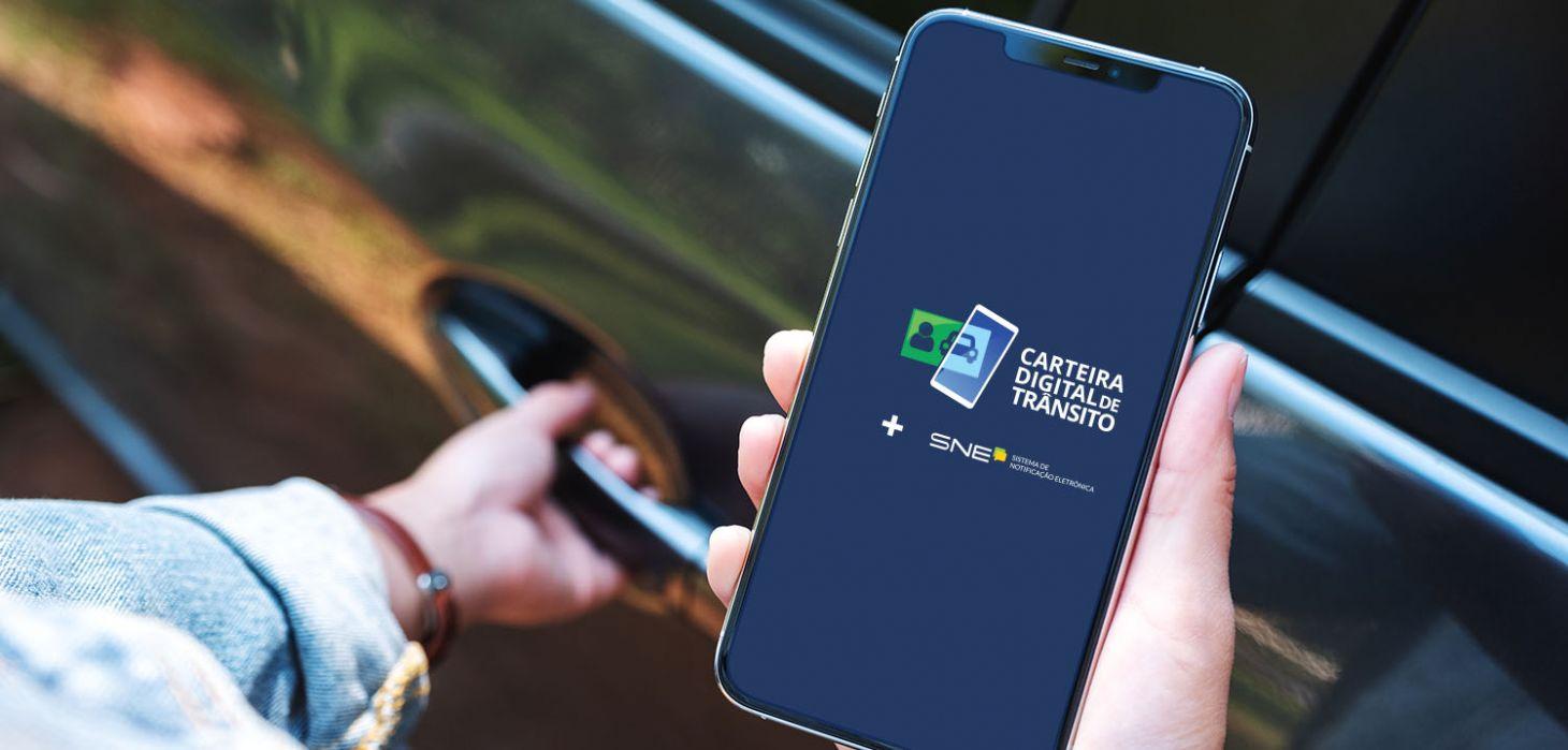celular mostrando o app carteira digital de transito que permite pagar multas com desconto