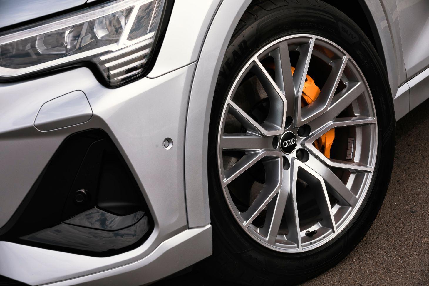 rodas do audi e tron com pinca de freio laranja