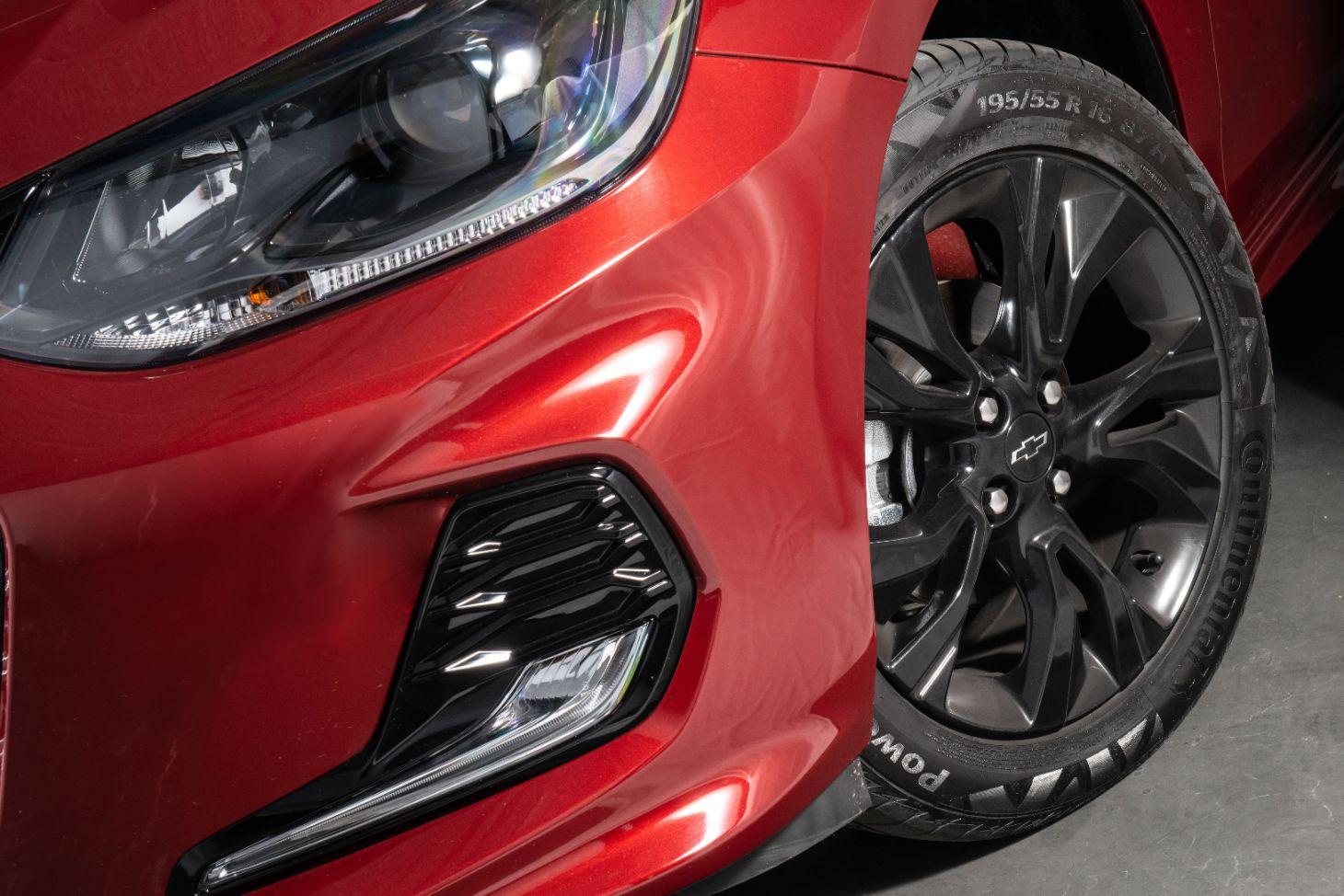 rodas escurecidas com pinca de freio vermelha no onix rs