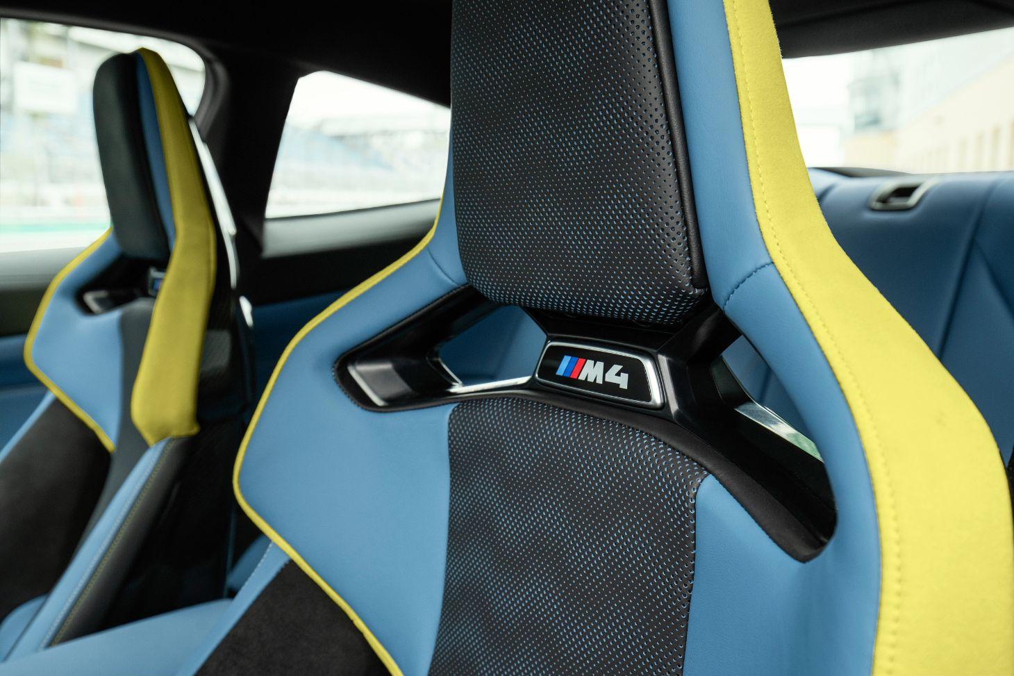 bancos esportivos do bmw m4 coupe azuis e amarelos