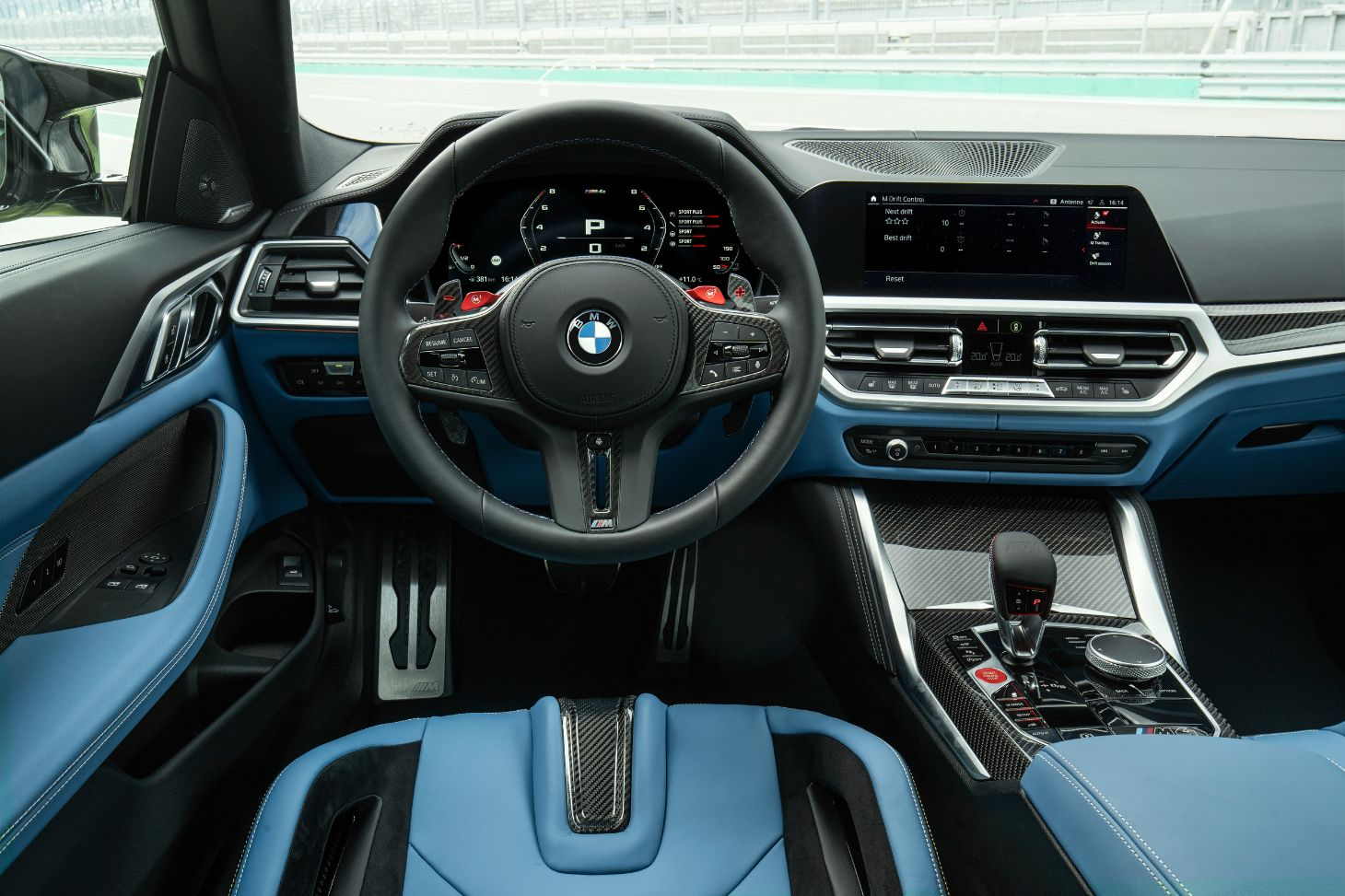 interior do bmw m4 coupe com acabamentos azuis