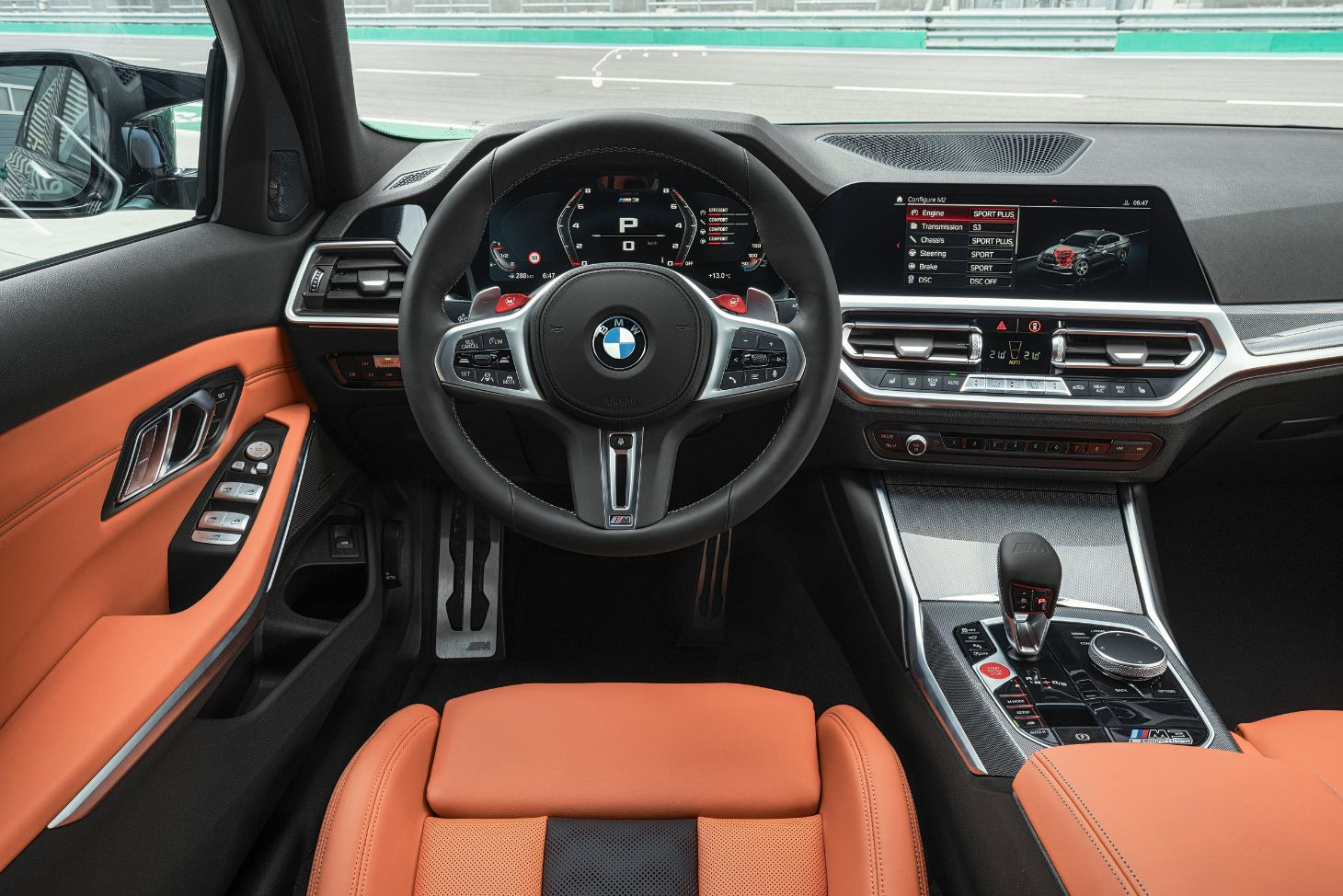 interior do bmw m3 sedan com bancos alaranjados