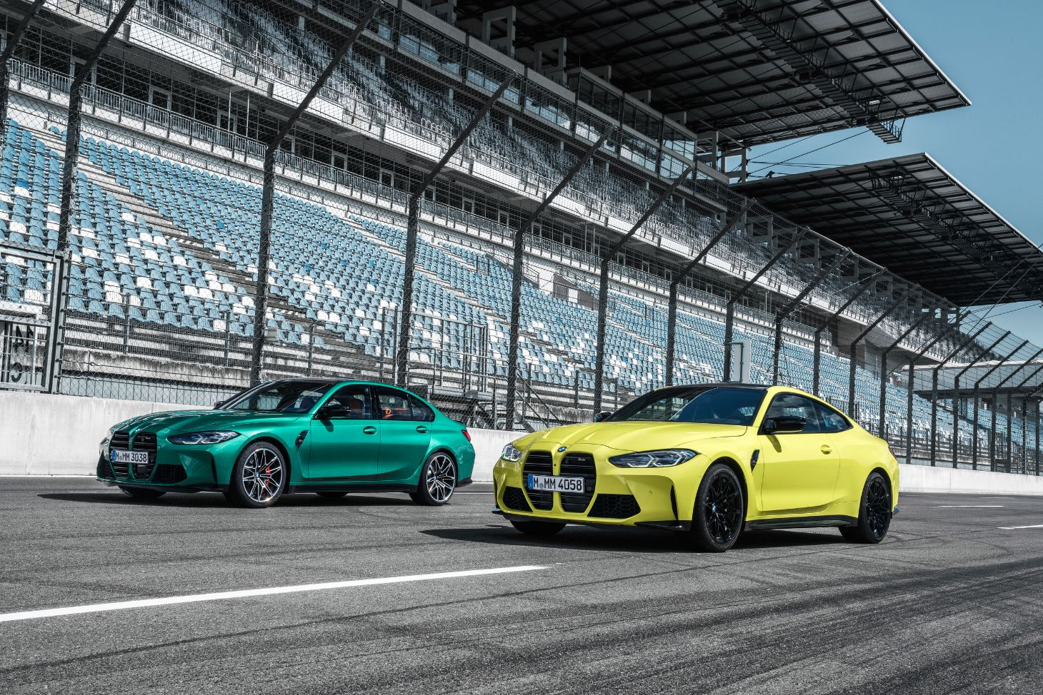 bmw m3 sedan e bmw m4 coupe paralelas em pista de corrida