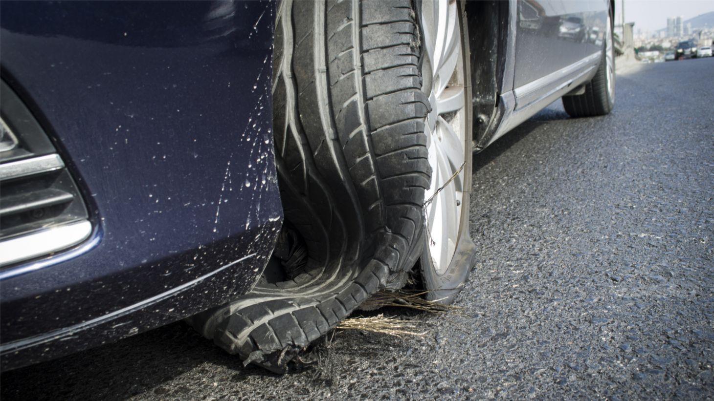 pneu dianteiro esquerdo carro automovel estourado