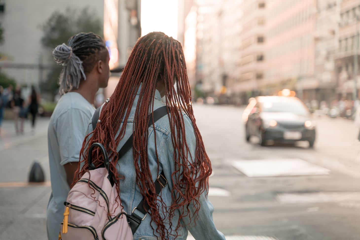 pedestres negros esperam para atravessar rua nos estados unidos