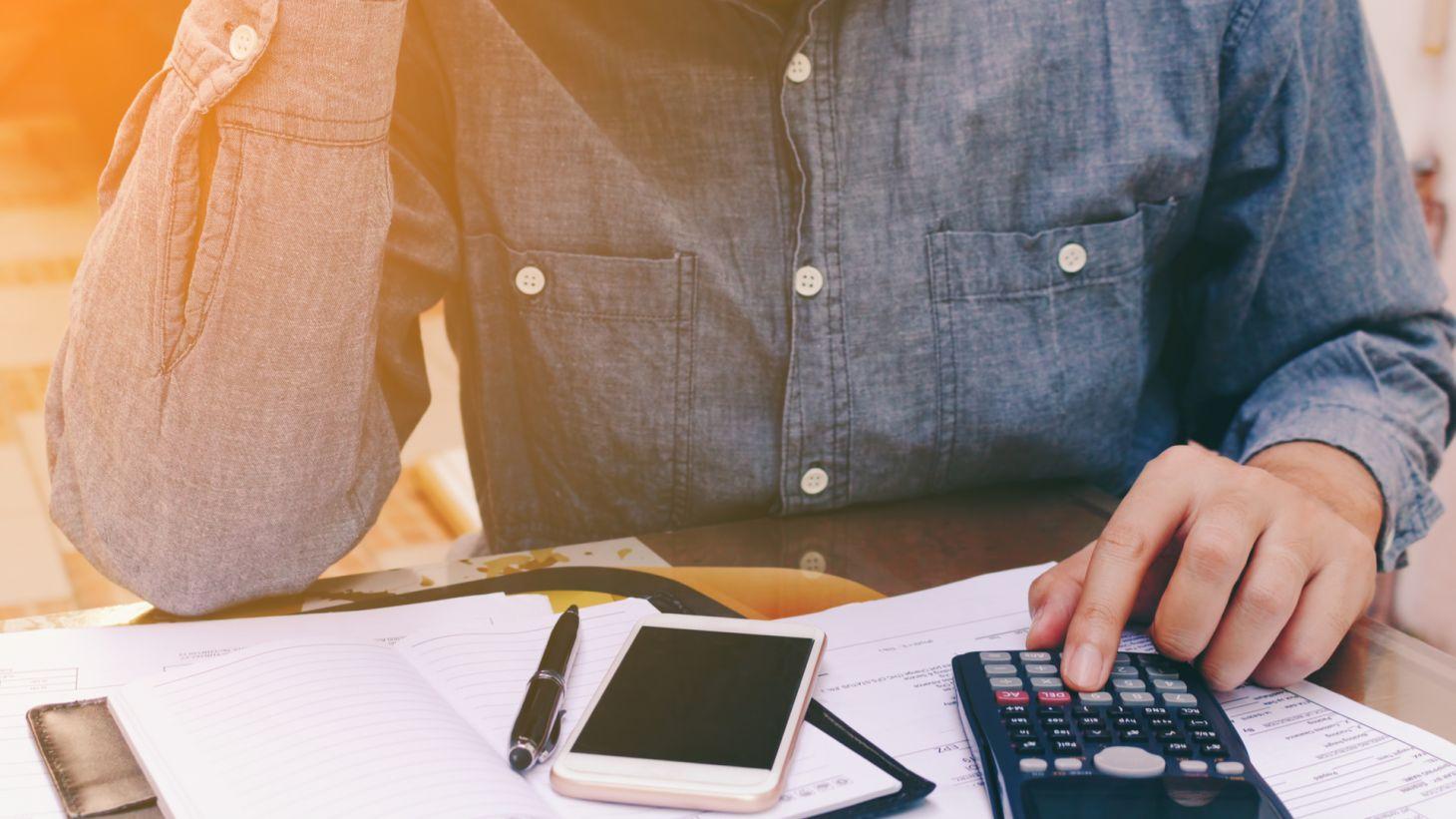 proprietario carro automovel calculando pagar multa de transito celular calculadora papeis