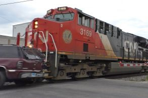 Vídeo flagra carro sendo 'atropelado' por trem ao passar em linha férrea