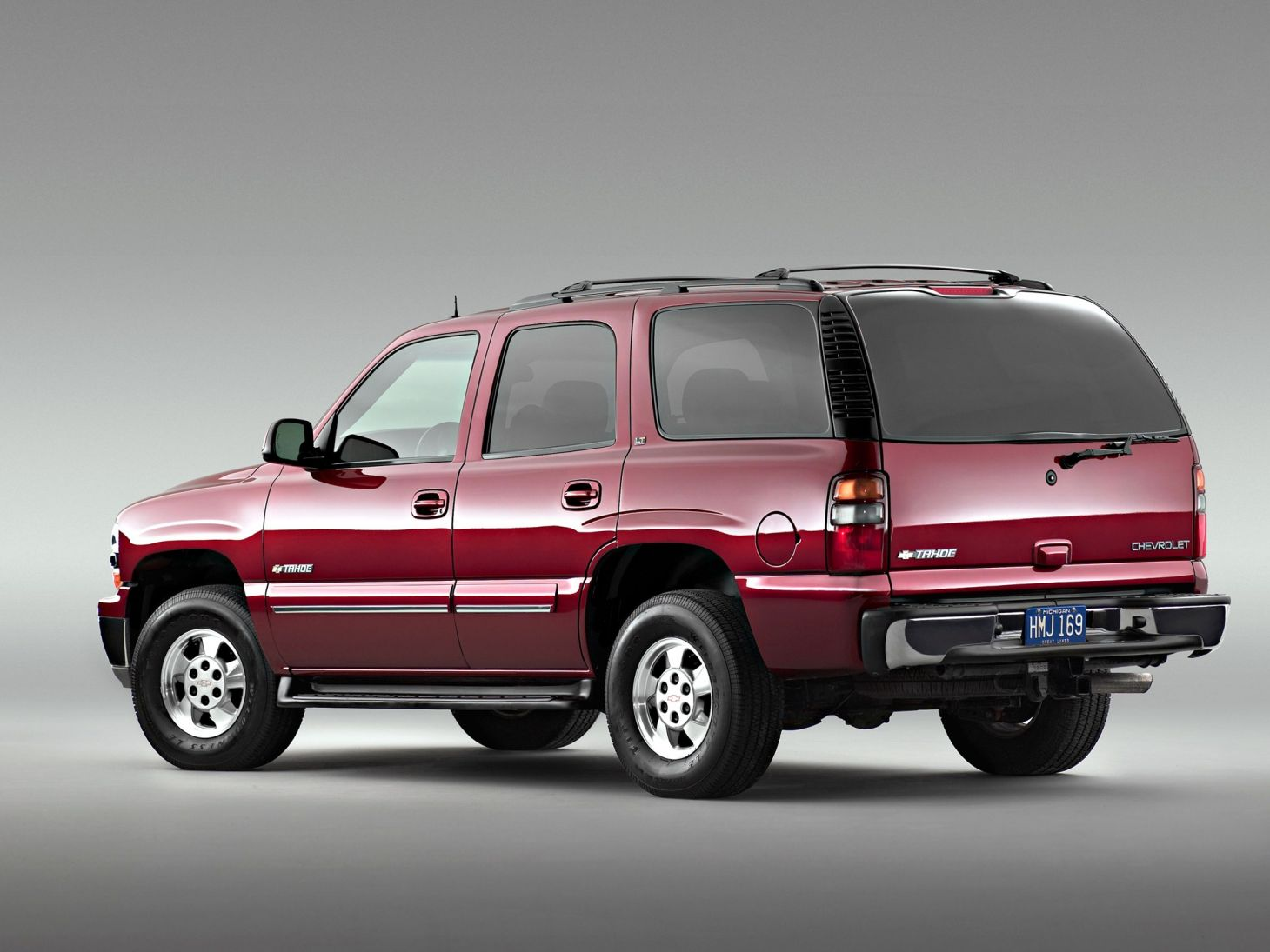 Chevrolet Tahoe na cor vermelha com a lateral esquerda em detalhe
