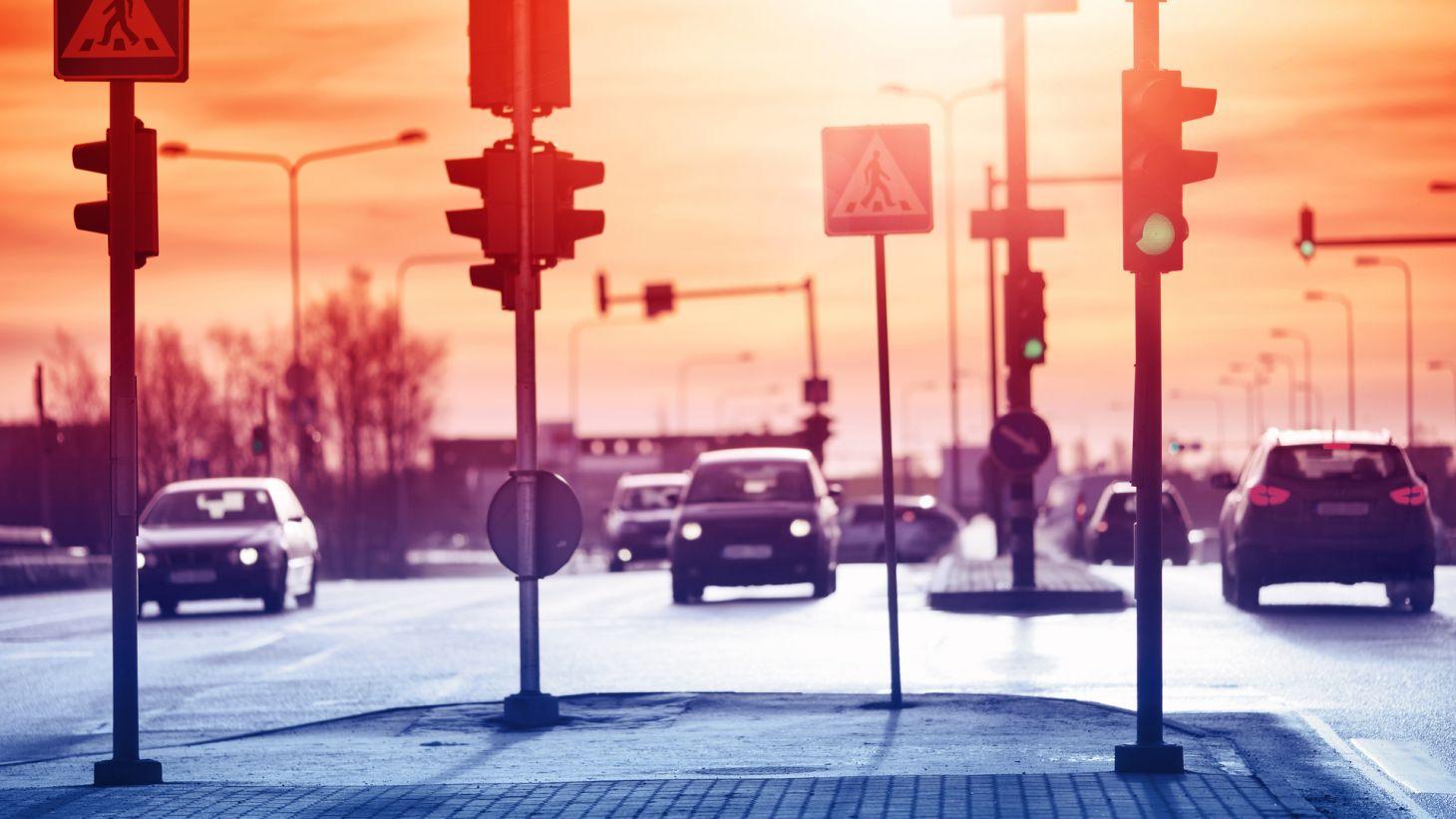 rua via avenida trafego transito carros automoveis semaforos sinais calcada