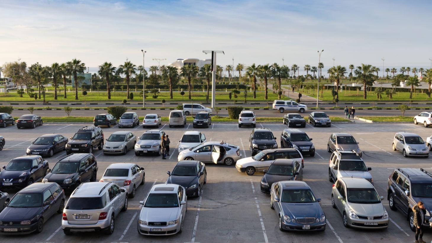 estacionamento de shopping carros automoveis parando pessoas andando regras transito