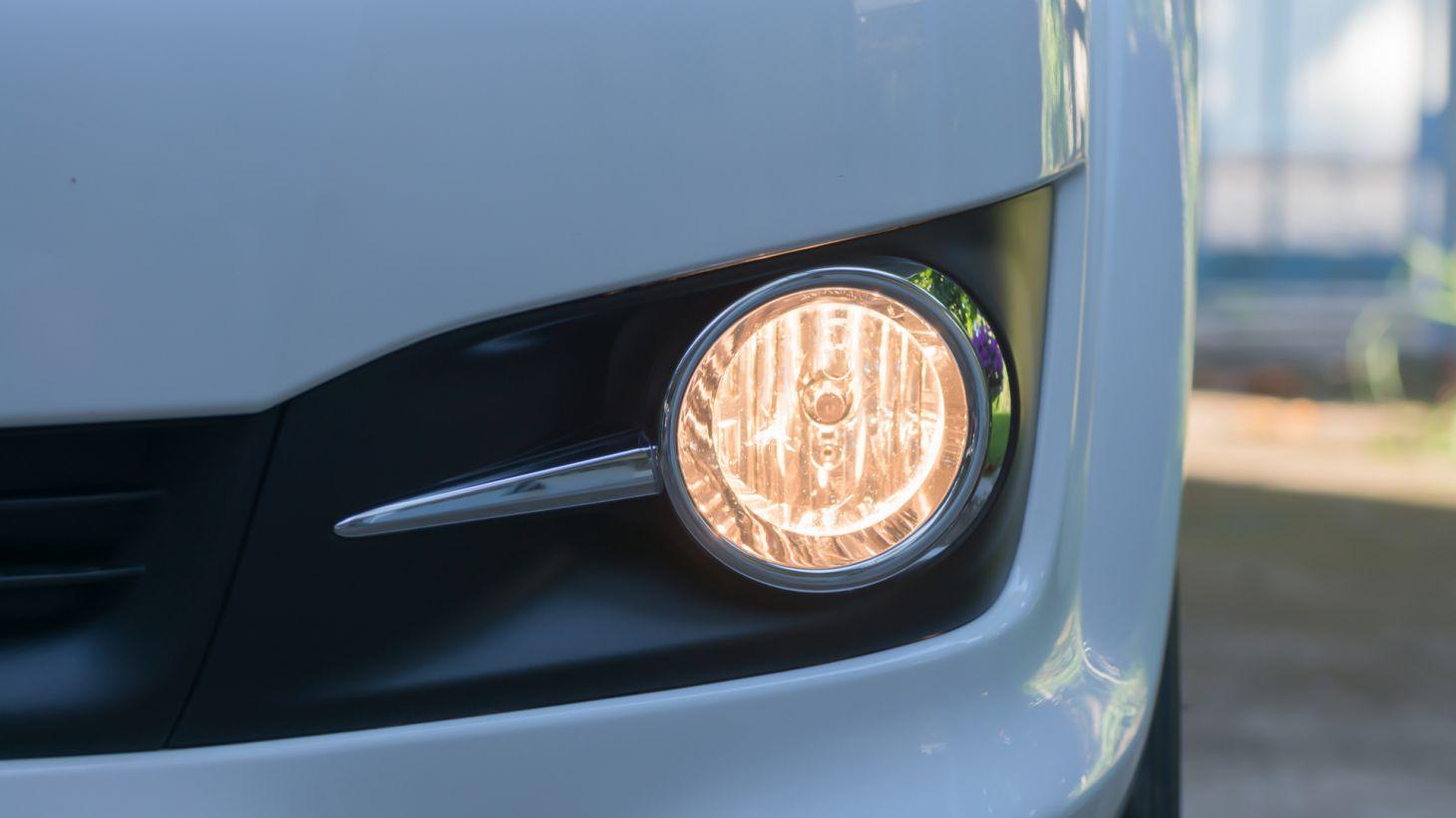 farol de milha neblina aceso parachoque carro automovel luzes especiais