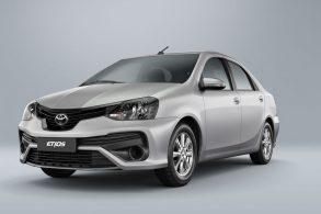 Toyota Etios sobe no telhado