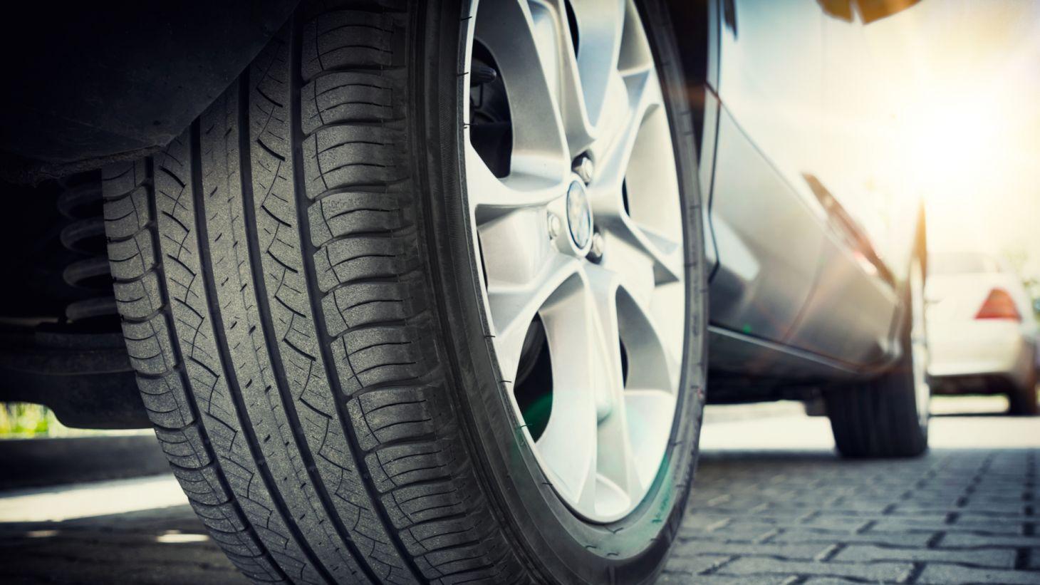 pneu roda do carro assoalho