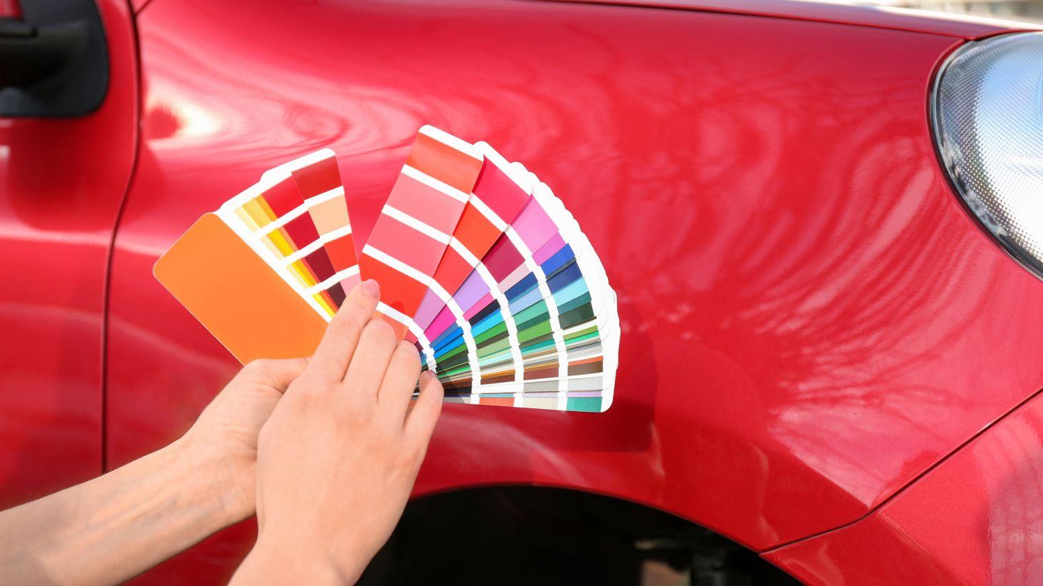mulher paleta cores carro vermelho fundo