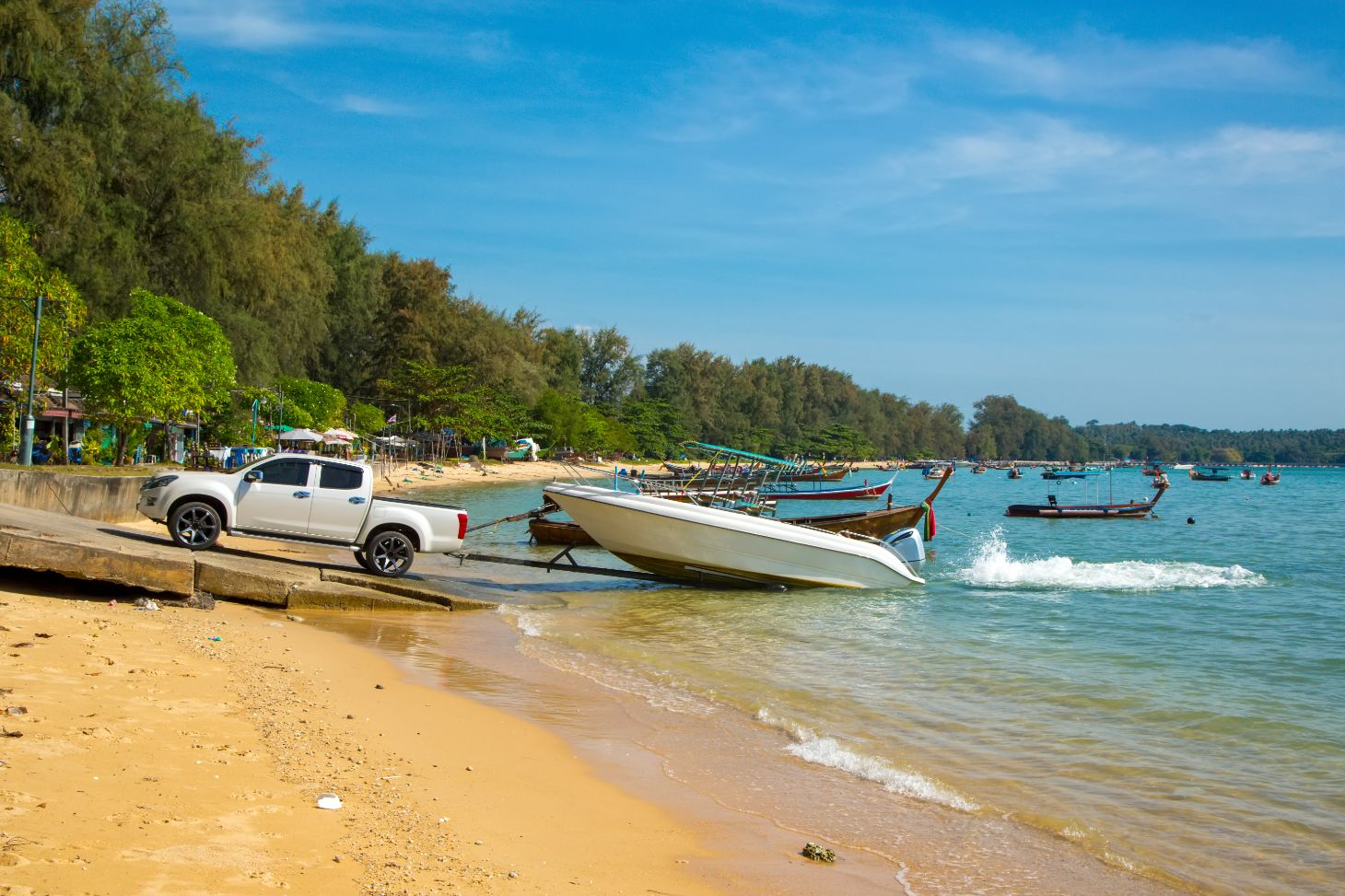 picape puxando barco no reboque em praia