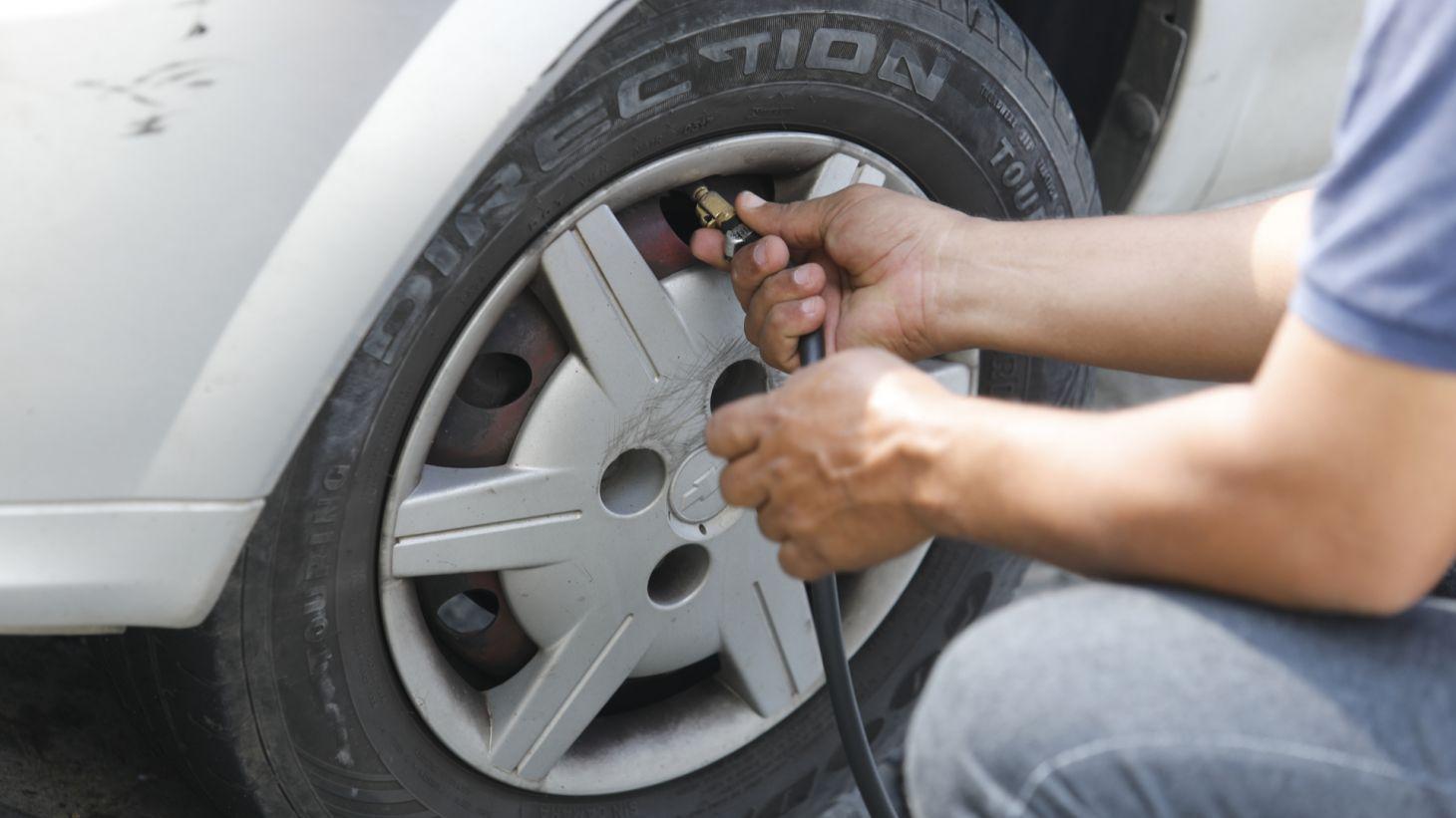 dono proprietario homem calubrando pneu dianteiro esquerdo carro automovel
