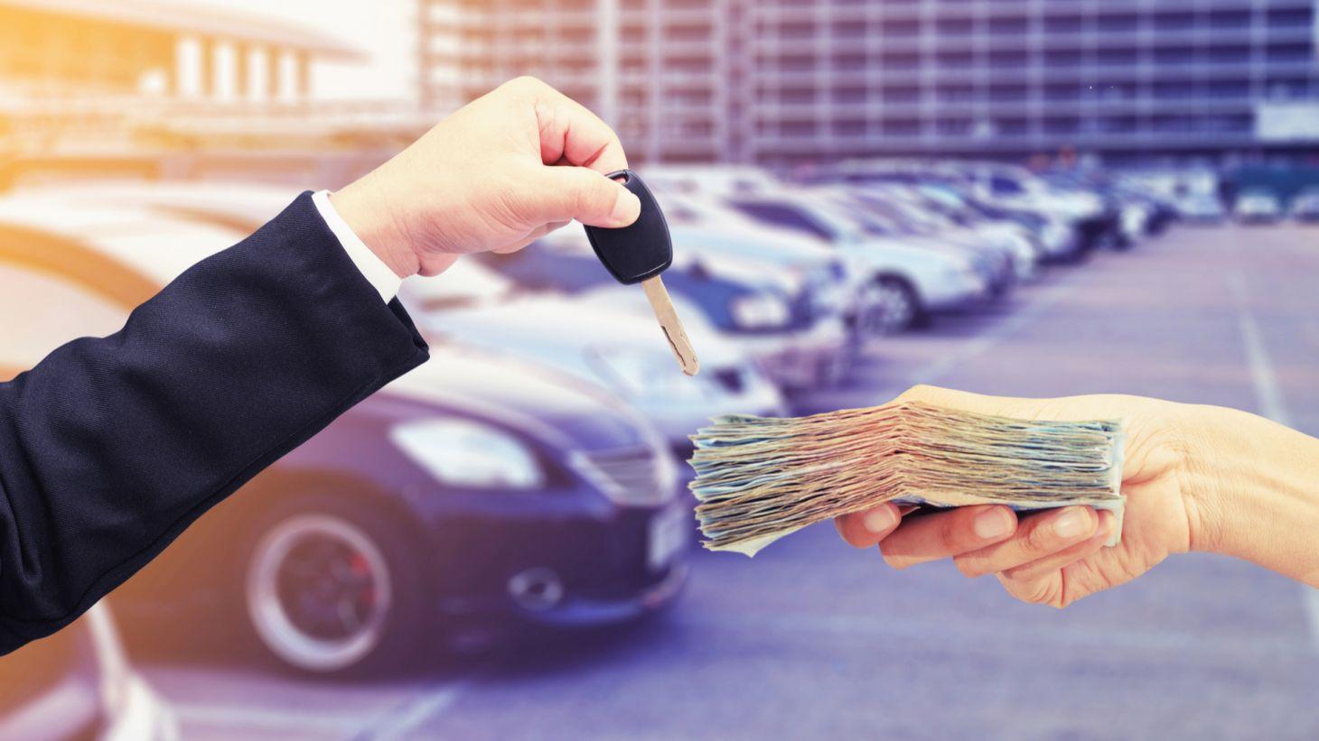 pessoa pagando dinheiro maos concessionaria comprar carro preco