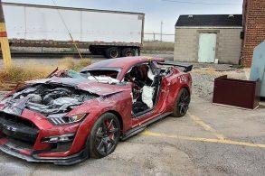 Mustang Shelby é destruído (de propósito) por bombeiros nos EUA