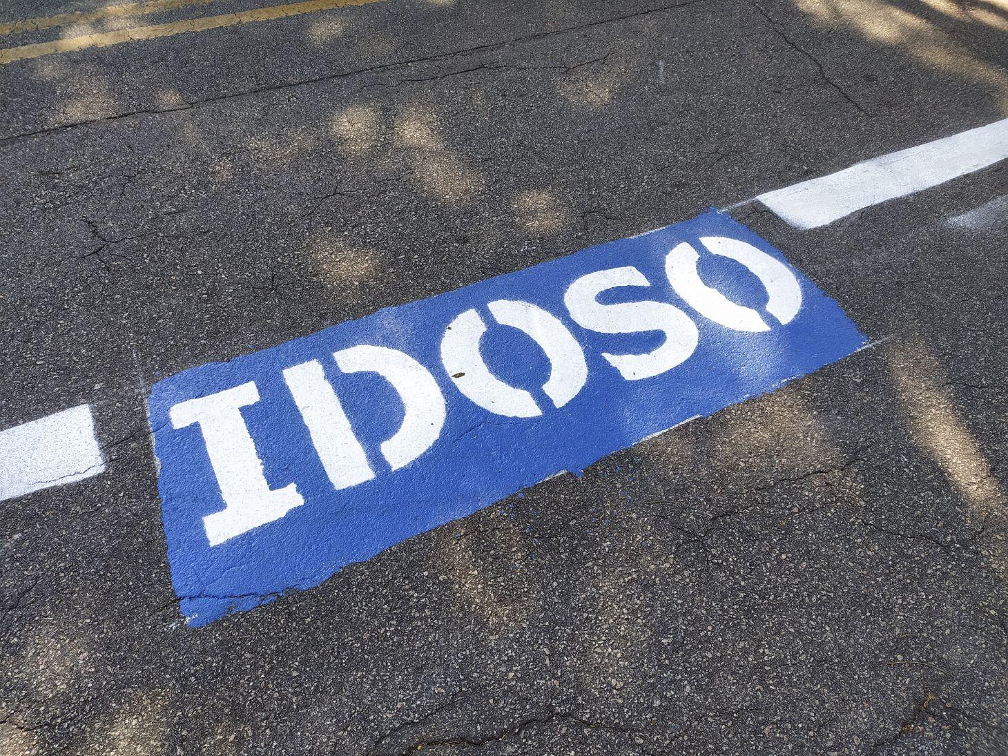 vaga de estacionamento marcada com a palavra idoso indicando exclusividade