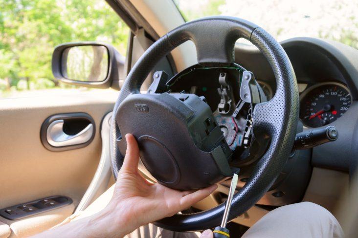 homem mexe em volante desmontado para extracao do airbag do motorista