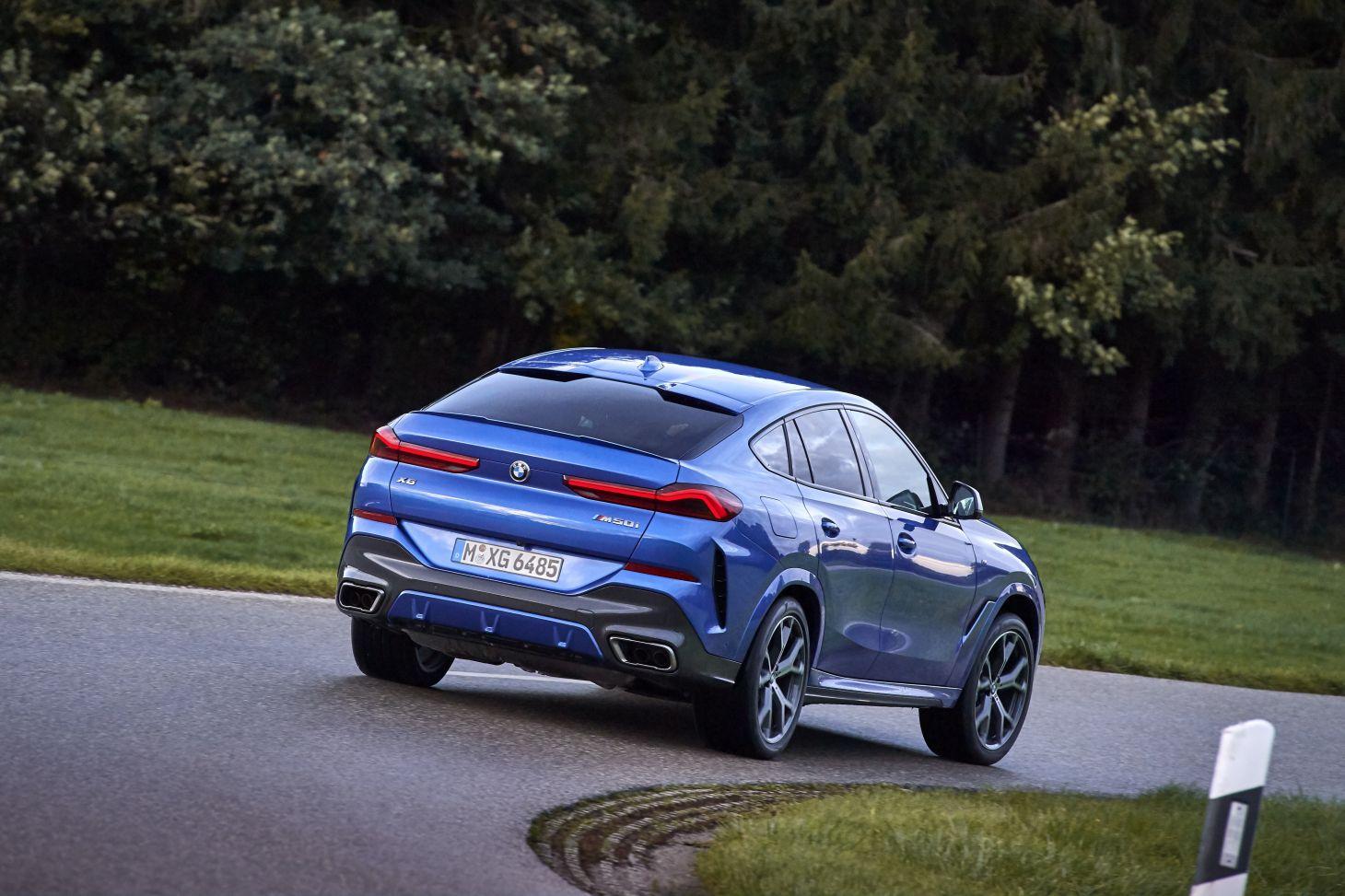 novo bmw x6 azul em movimento traseira