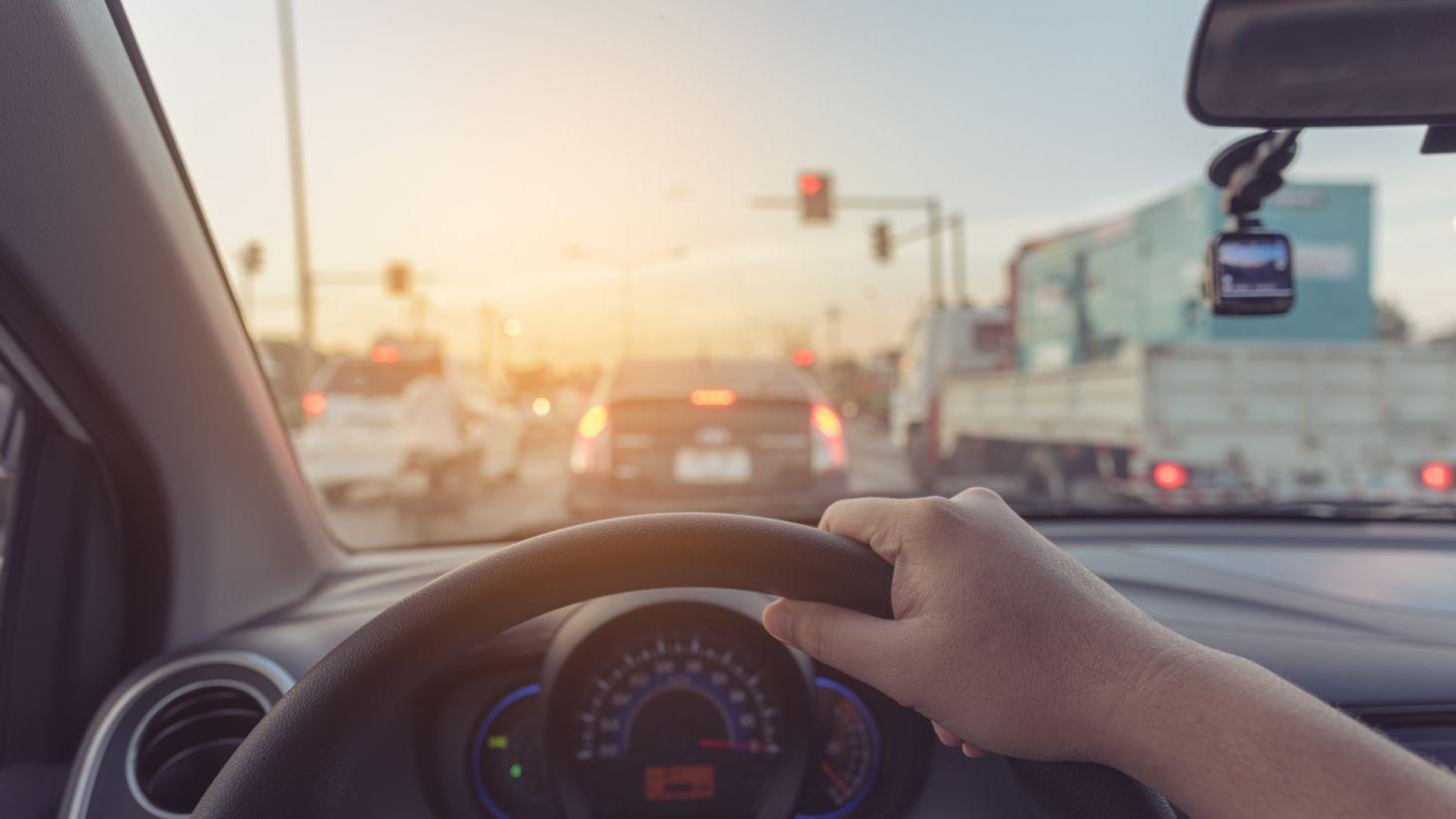 motorista mao volante painel para brisas transito frente carros