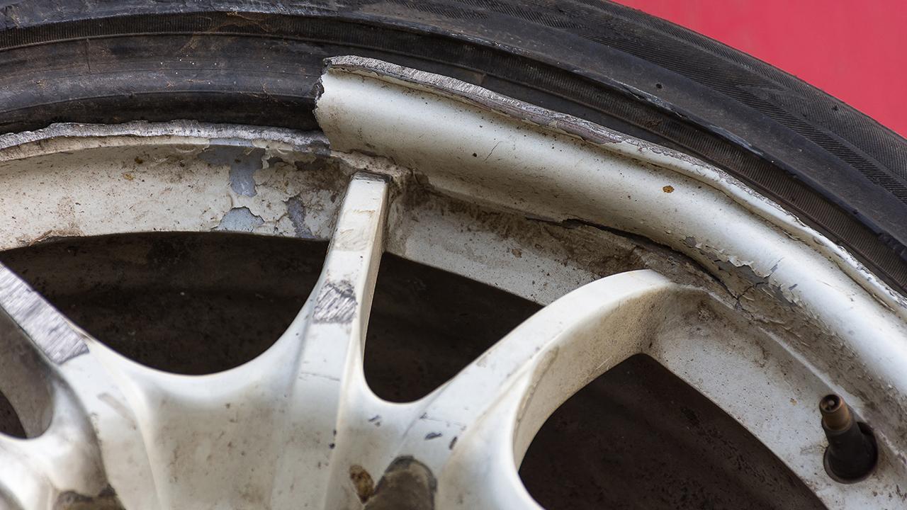 roda de liga leve quebrada shutterstock 456291739