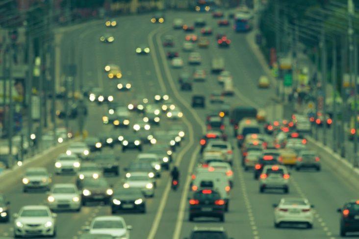 rodovia transito carros automoveis farol aceso dia