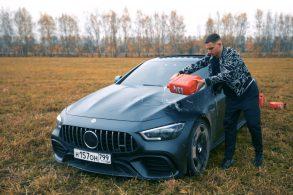Youtuber russo queima, de propósito, Mercedes-Benz de R$ 1,4 mi