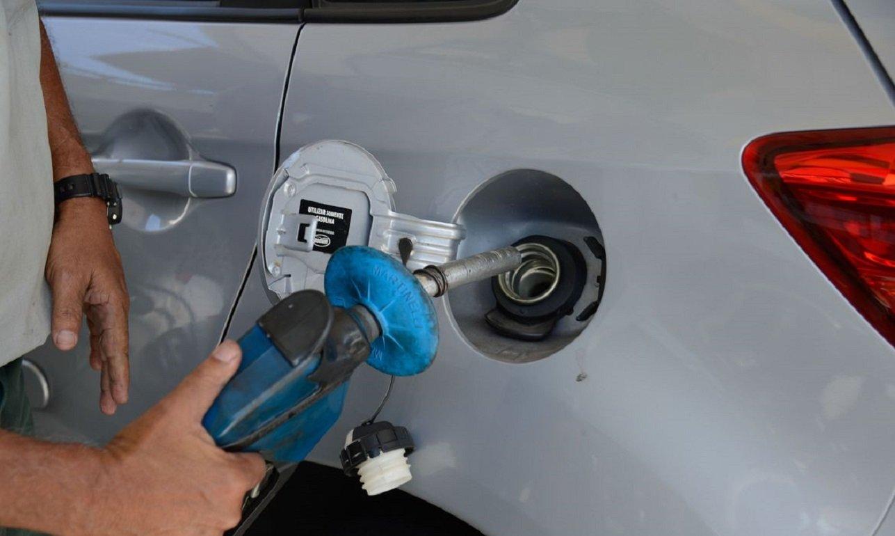 homem abastece carro prata no brasil foto agencia brasil tomaz silva