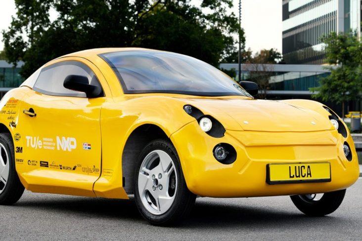 carro eletrico amarelo feito lixo rodando em rua na holanda