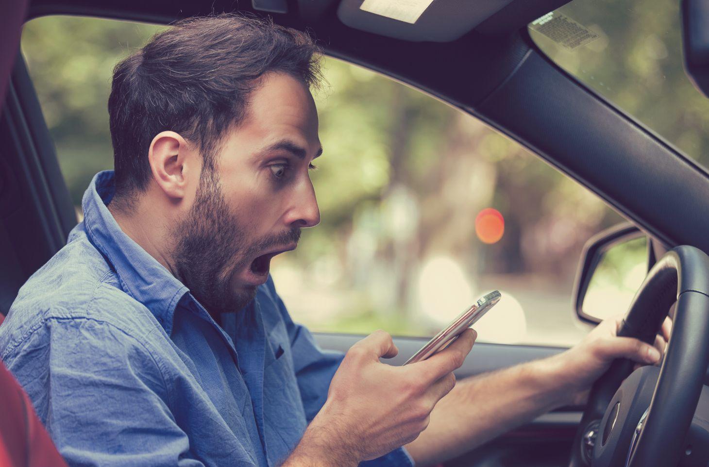 motorista surpreso com celular