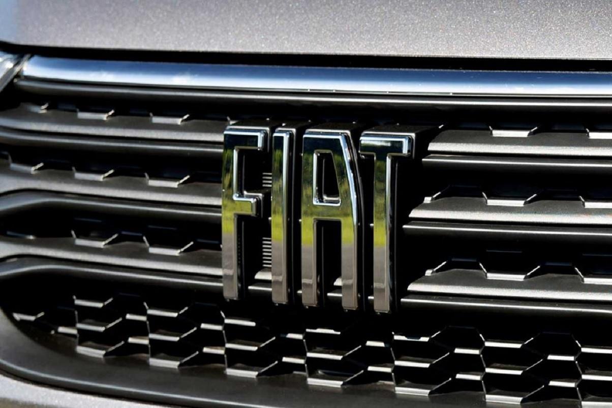 logotipo fiat na grade dianteira de picape strada