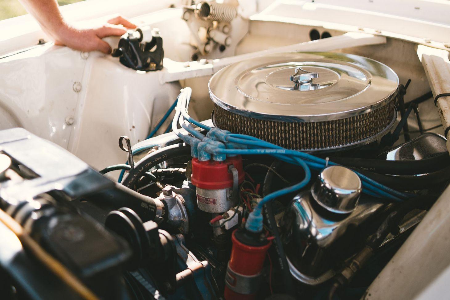 motor v8 cromado capo aberto