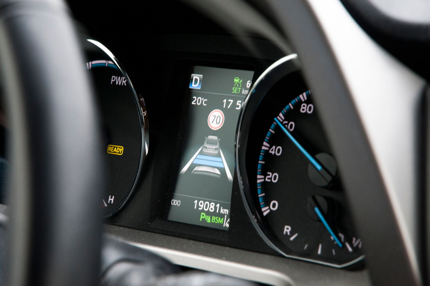 painel digital com acc adaptive cruise control e limite de velocidade projetados shutterstock