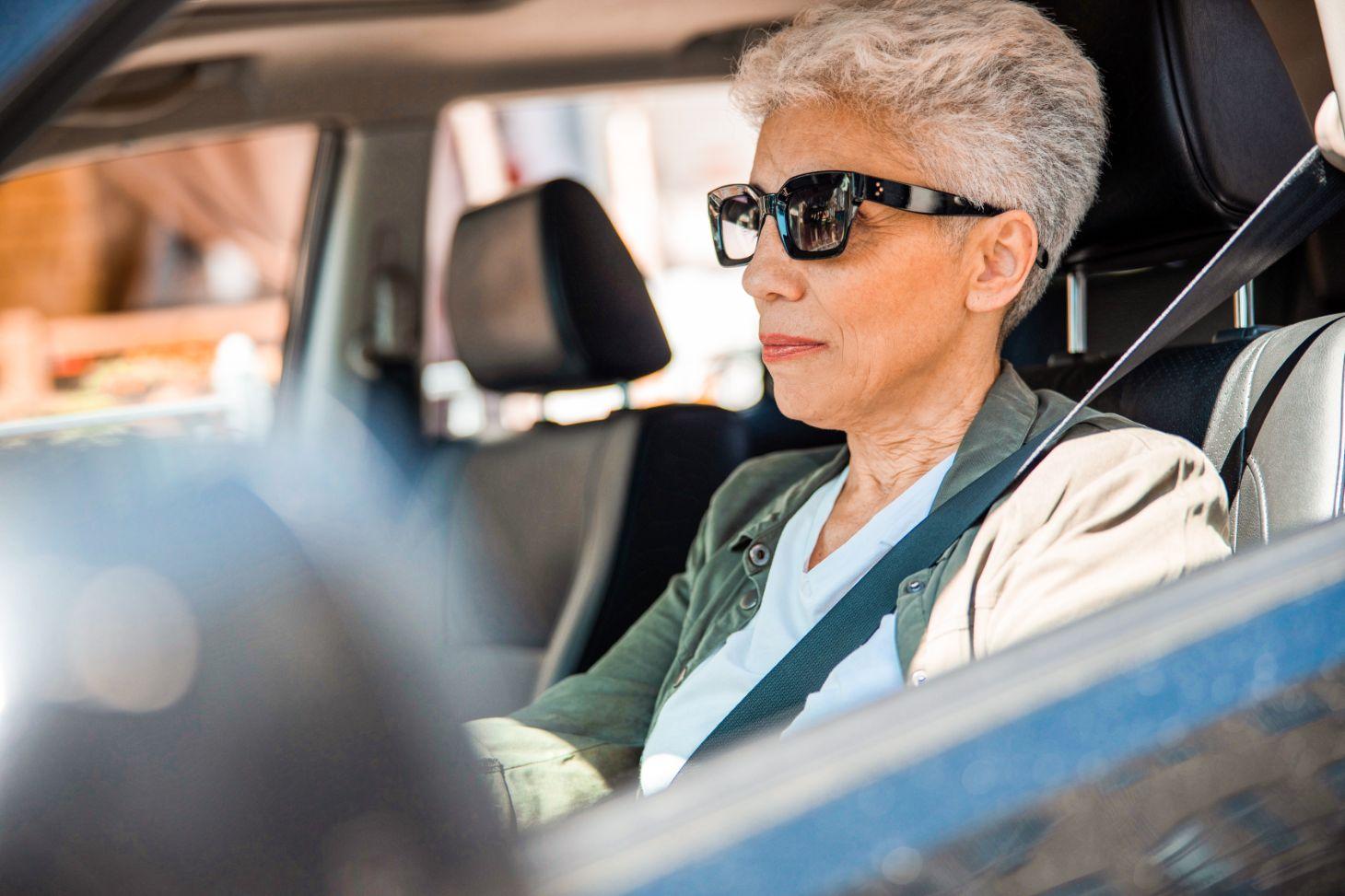 mulher idosa de oculos escuros dirigindo shutterstock