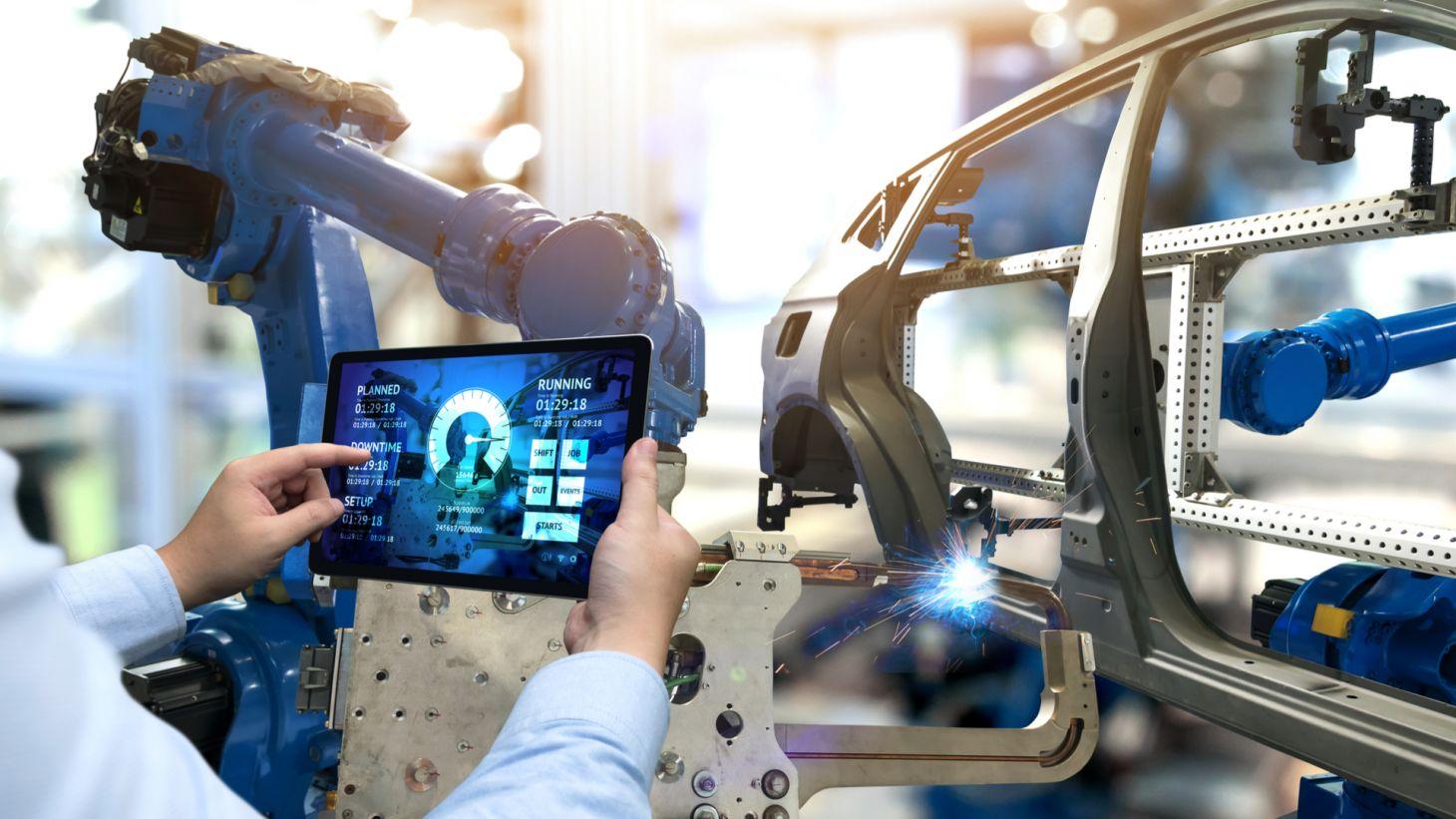 Engenheiro de fábrica automotiva durante a montagem de um carro