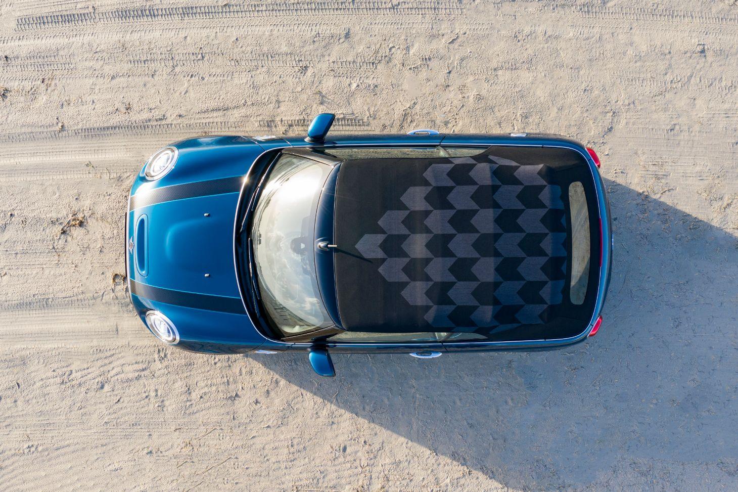 mini cabrio sidewalk azul visto de cima com teto fechado