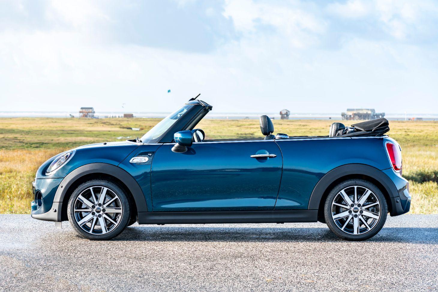 mini cabrio sidewalk azul com teto recolhido visto de lado