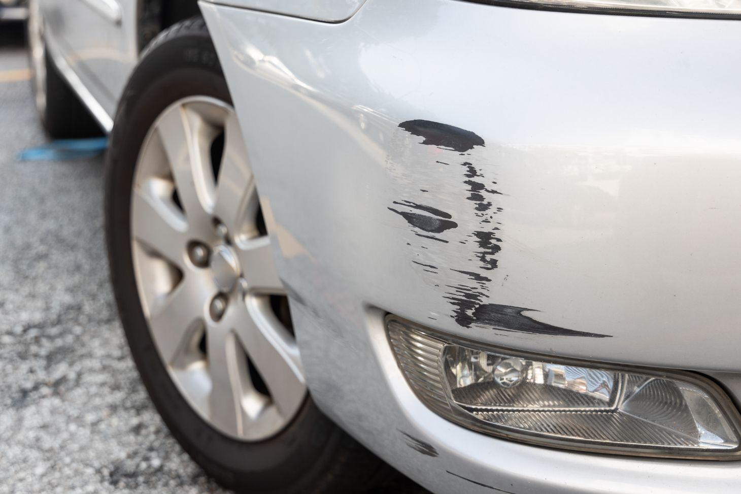 carro prata com arranhado no para choque dianteiro shutterstock
